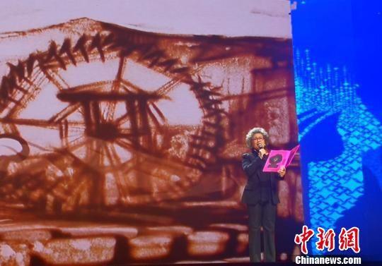 图为影视表演艺术家宋春丽诗朗诵《我的兰州》。 史静静 摄