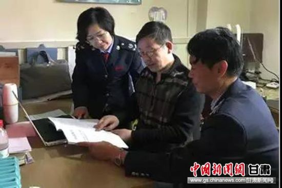 皋兰县税务局业务辅导小组到问云小型微型企业服务公司宣传政策。