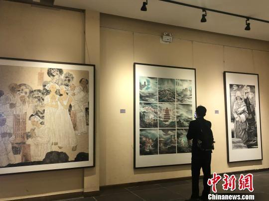 图为民众驻足观赏绘画作品。 徐雪 摄