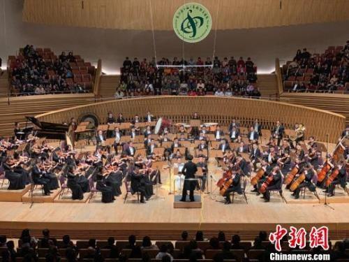 4月11日晚,交��贰抖鼗团c�z�I之路�M曲》奏�于上海交���F音��d。 康玉湛 �z