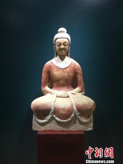图为现场展出的雕塑 陈静 摄