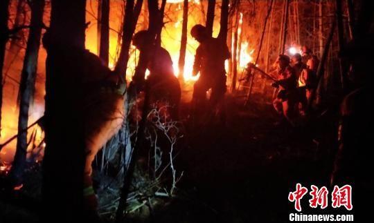图为夜间救火现场。 送体验机无需申请森林消防总队供图