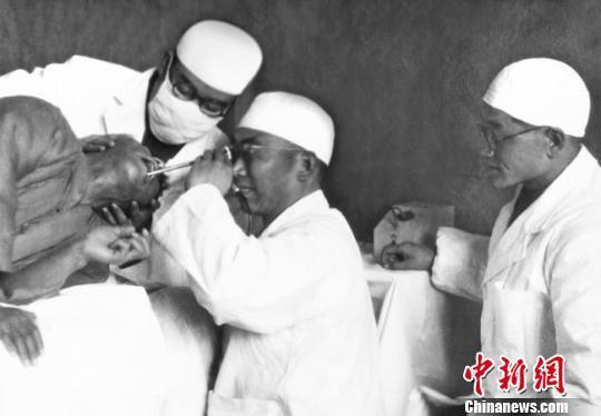 1950年10月22日,杨英福院长在萃英门兰州大学医学院附设医院(即现在的兰州大学第二医院所在地)内镜检查室为一名上消化道出血患者做完止血治疗后,采用中国首台半屈式金属胃镜为其做病因诊断。此后的10多年间,累计开展胃镜检查术超过1000例。(资料图)兰州大学供图