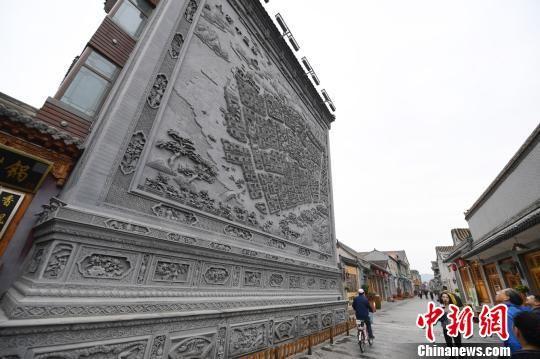 图为临夏八坊十三巷古街区的临夏砖雕艺术展现。(资料图) 杨艳敏 摄