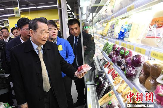 图为4月13日,谢国民走访2018注册送白菜网站蔬菜水果超市。 中新社记者 杨艳敏 摄