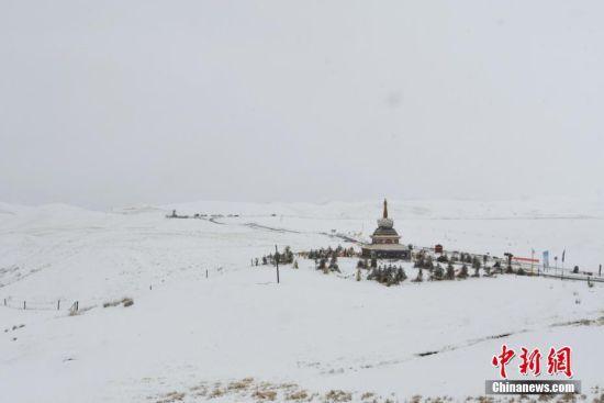 图为祁连山雪后白茫茫一片。 武雪峰 摄