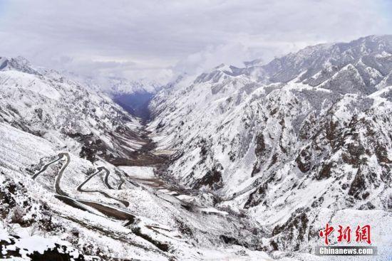4月13日,甘肃张掖市肃南裕固族自治县祁连山区再次迎来春雪。 武雪峰 摄