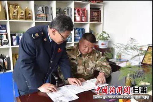 正昊汽修厂老板张文斌咨询减税降费新政。