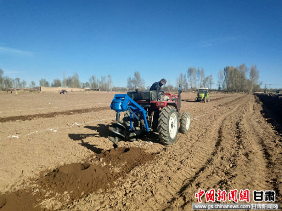 农用拖拉机正在田间地头有序作业