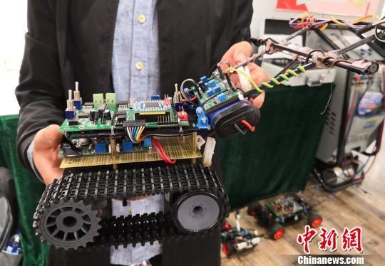 图为学生创新研发的智能汽车。 刘玉桃 摄