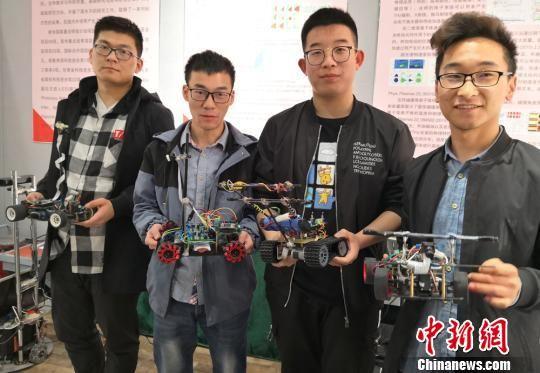 图为学生研发的不同功类型的智能汽车。 刘玉桃 摄