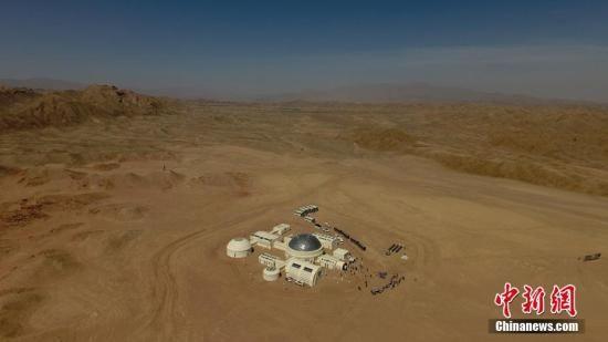 """资料图:4月17日,中国首个根据真实航天逻辑打造的""""火星1号基地""""于甘肃金昌市开营。艾庆龙 摄"""
