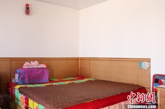 甘肃定西市渭源县山区里民风淳朴,虽然经济落后,但大多民众精神饱满,习惯将家庭打理的井井有条。图为当地村民房间一隅。 闫姣 摄