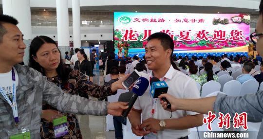 临夏州副州长王方太向媒体记者介绍推介会情况。 杨伏山 摄