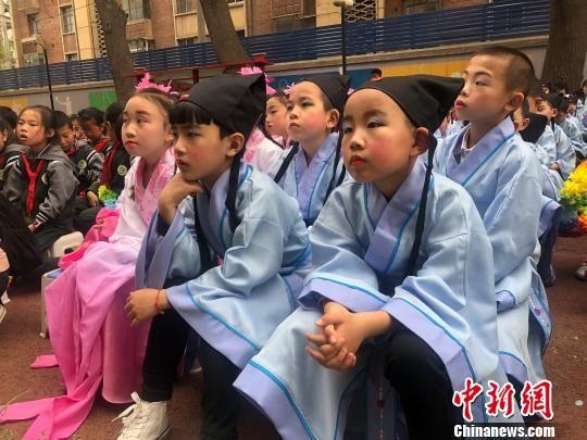 图为身着传统服饰的小学生。 徐雪 摄