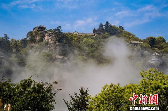 图为崆峒山云山雾绕。 徐振华 摄