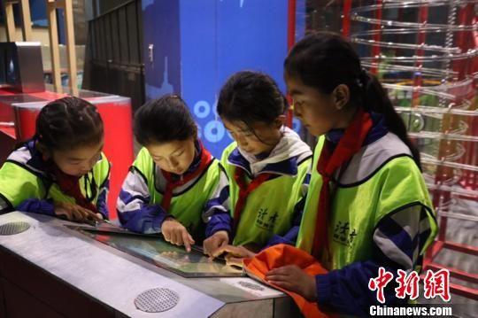 图为藏区学子走进科技馆,感受现代科学技术日新月异的飞速发展。 钟欣 摄