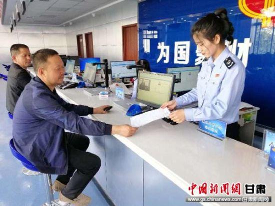图为庆城一户纳税人顺利完成5月申报。