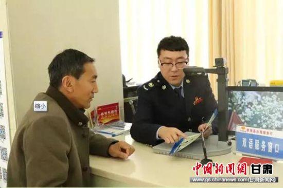 在肃南县办税服务厅裕固语、藏语双语服务窗口,税务干部为纳税人讲解申报操作流程。