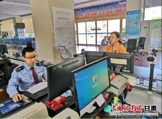 5月1日,嘉峪关市办税服务厅人员为祁牧乳业办税人员预约办理纳税申报。