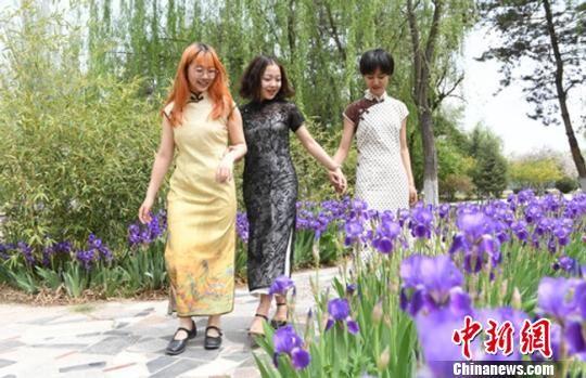 图为曲绍丽与小伙伴身着旗袍散心。 杨艳敏 摄