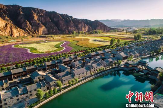 """丹霞口小镇位于丹霞景区入口处,地约200亩,是按照""""公司+合作社+众筹众创""""的模式成立,总投资6亿元。 钟欣 摄"""
