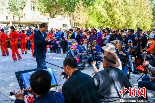 图为敦煌市沙州乐园民族歌舞团在莫高窟前表演敦煌民间戏曲。 王斌银 摄