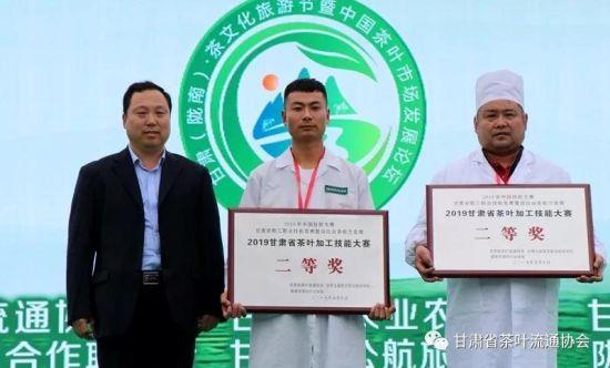 陇南市农村农业局党组书记、局长赵亚军给二等奖获得者颁奖