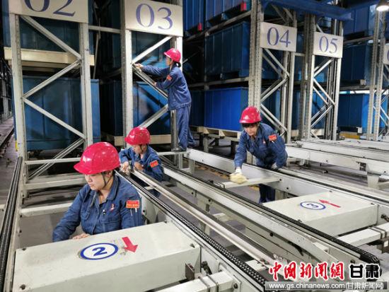 女职工服务队在检修现场擦洗设备。