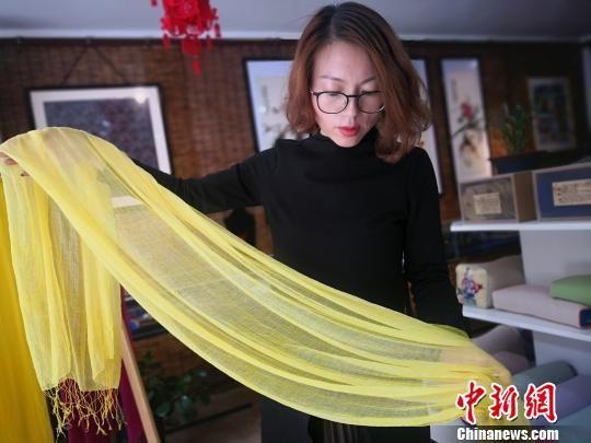 图为祁辉展示手工染织的丝巾。 魏建军 摄