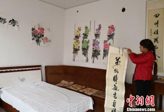 图为张凤霞收拾农家乐,准备迎接客人。 刘玉桃 摄