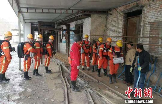 图为甘肃消防队员正在甘肃进行水灾救援。(资料图) 钟欣 摄