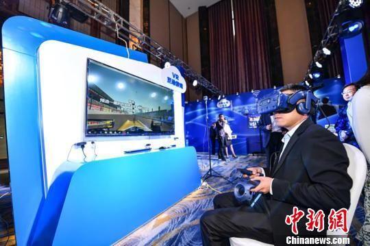 图为民众在活动现场体验区体验5G-VR互动游戏。 钟欣 摄
