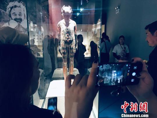 民众欣赏比利时陶艺家马克・詹森斯的作品《马家窑的声音》。 艾庆龙 摄