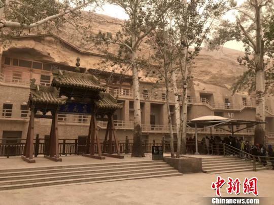 图为5月26日,世界文化遗产敦煌莫高窟遭沙尘天气侵袭。 钟欣 摄