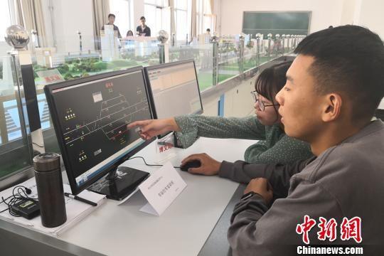 图为学生正在实践操作发车、接车。 刘玉桃 摄