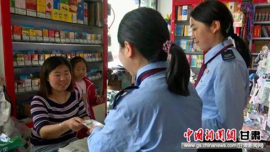 灵台县税务干部在商场宣传减税降费政策。