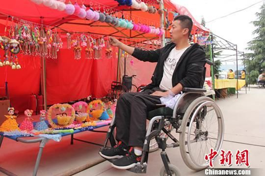 庆阳西峰区温泉镇地庄村身体残疾的李华宁携带手工艺品参加节会。 刘萍凝 摄