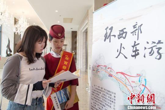 """2019年5月30日,""""�h西部火�游""""推介人�T在上海推介。(�Y料�D) 宋佳�� �z"""