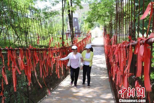 游客在蒲河村月亮湾香草园游玩。 盘小美 摄