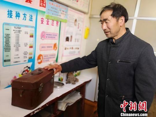焦宽俊为记者介绍当年行医背过的药箱。 高展 摄