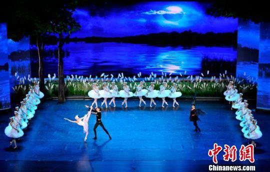 """2018年10月,由甘肃大剧院艺术学校创排、美国知名舞蹈编导布鲁斯・斯蒂尔执导的本土少儿芭蕾舞剧《天鹅湖》在兰州演出,本土""""小天鹅""""们演绎足尖魅力。(资料图) 甘肃大剧院艺术学校供图 摄"""
