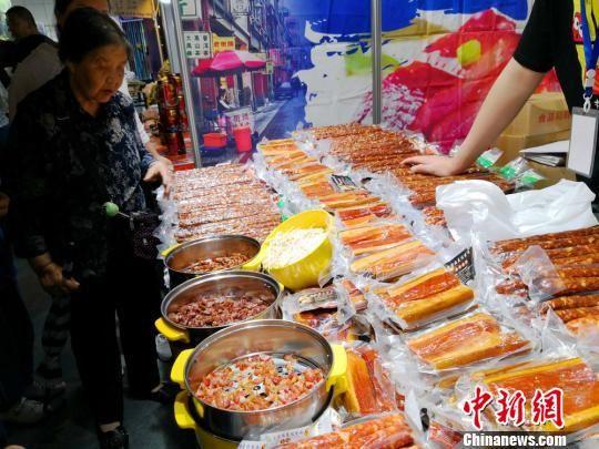 图为台湾腊肠。 丁思 摄