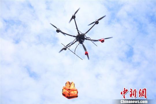 图为用无人机将逃生瓶投入指定区域。 王博悟 摄
