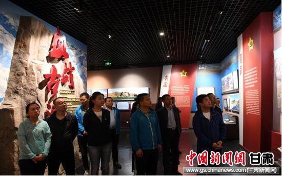 图为党员们参观西路军古浪战役纪念馆。杨艳敏 摄