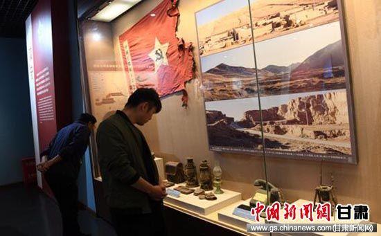 图为党员们参观西路军古浪战役纪念馆先烈使用过的遗物。杨艳敏 摄