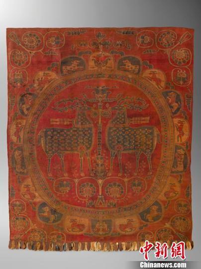 图为中亚团窠对鹿纹挂锦,堪称世所罕见,代表了7世纪中期至8世纪丝绸之路沿线织造工艺的最高水平。敦煌研究院供图