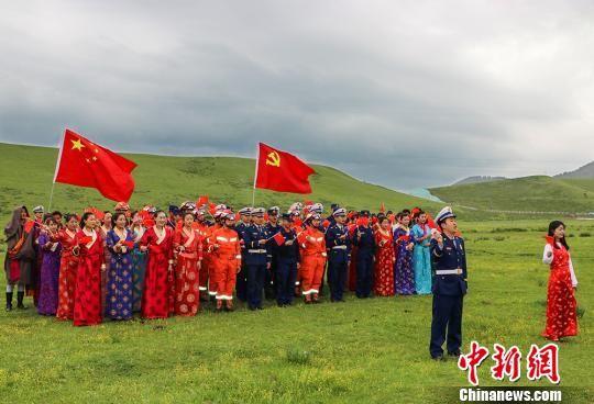 """图为甘肃省甘南州消防救援支队指战员和民众在草原上用歌声""""表白""""祖国。 师永红 摄"""