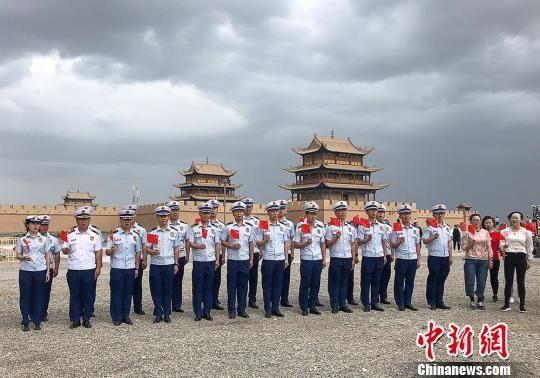 图为甘肃省嘉峪关市消防救援支队指战员在戈壁雄关前歌唱祖国。 师永红 摄