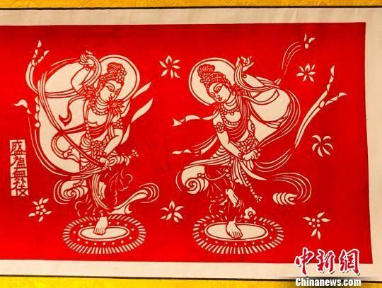 图为陈宜江所制作的剪纸版《盛唐舞女》。 艾庆龙 摄